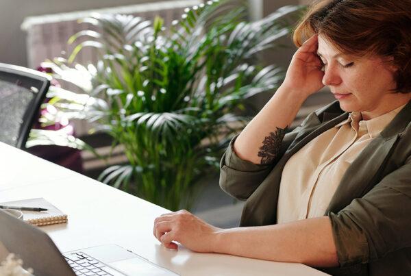 estres relacion dolor de cabeza